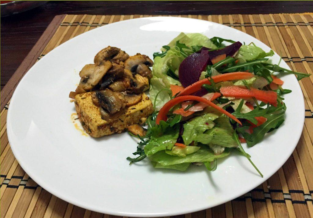 marinovane tofu so sampionmi a salatom