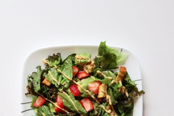 recept-spenatovy-salat-s-jahodami-a-avokadom