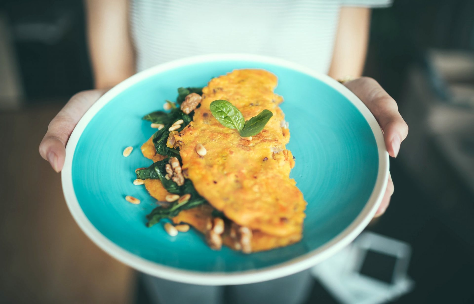 Kurkumová omeleta so špenátom a orieškami