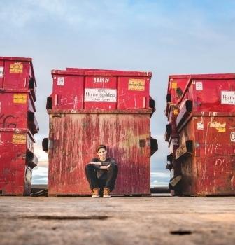 Nemusíš mať nízky príjem, aby si prehrabával kontajnery. Poznáš fenomén dumpster diving?