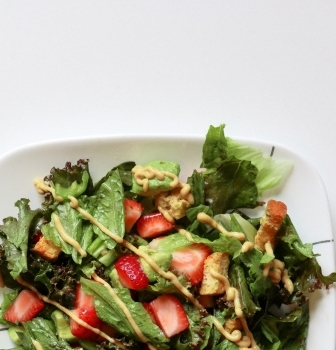 Zelený štvrtok na sladko: špenátový šalát s jahodami a avokádom